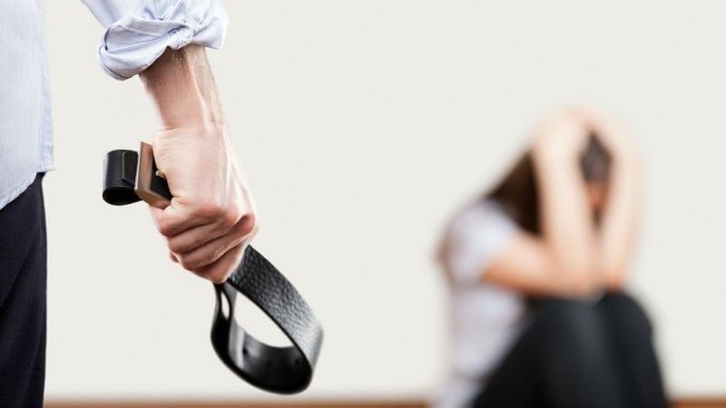 почему муж бьет жену психология